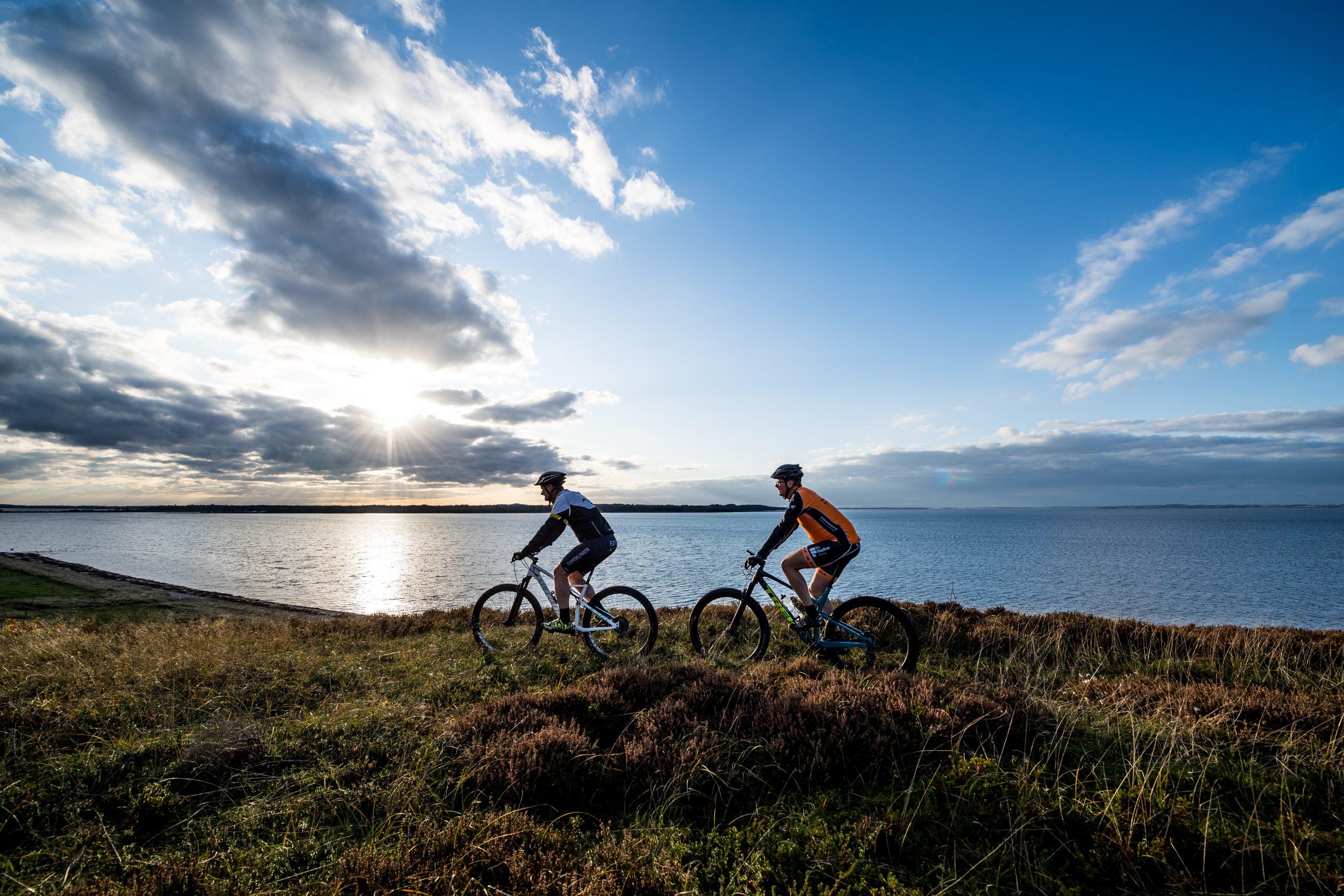 Mountainbikere på tur ved Ulbjerg Klint i efteråret 2019.