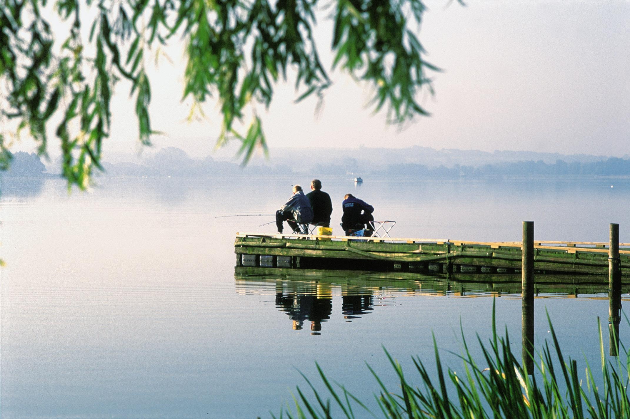 Tre håbefulde lystfiskere er ude med snøren ved Søndersø.